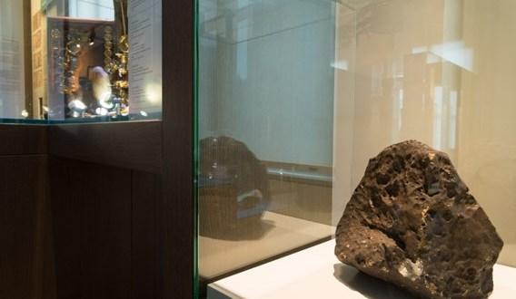 18,07 kg Brussels meteorite1
