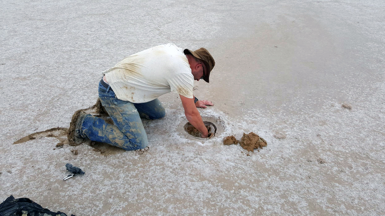 Phil Bland digging out the meteorite from a depth of 42 cm. / photo: DFN