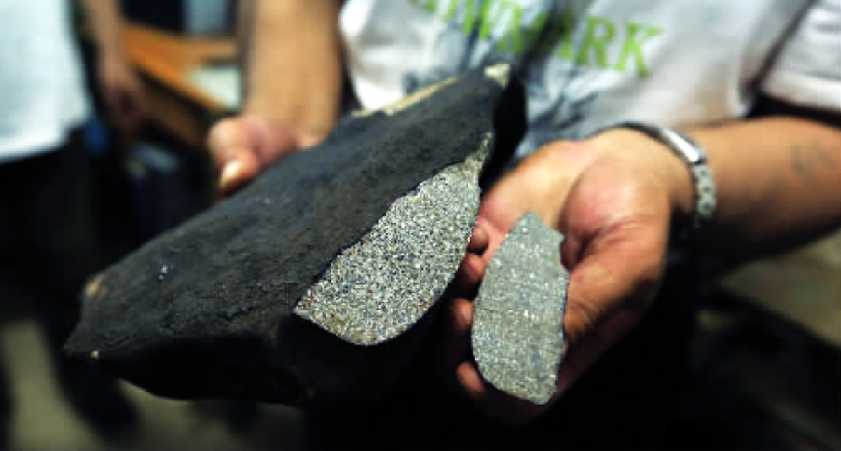 The 60-gram cut slab and the meteorite / Photo: js.people.com.cn