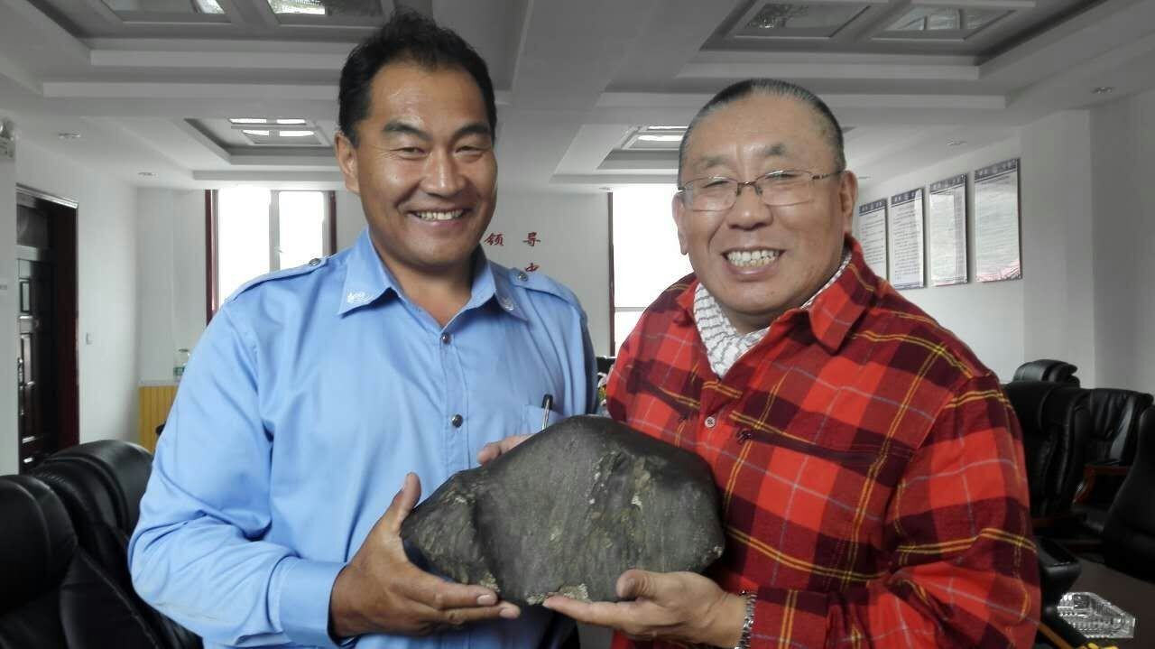 Gàn Jīnlóng (干金龙) and Zhāng Bǎolín (张宝林) with the Banma meteorite. / Photo: ifuun.com (20 September 2016)