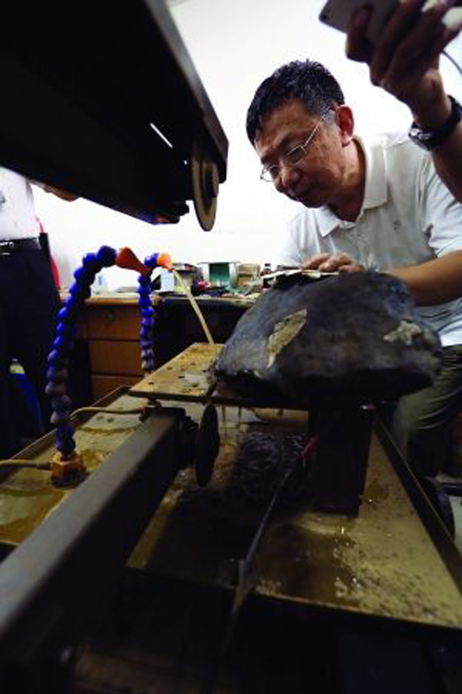 The meteorite being cut at the PMO / Photo: js.people.com.cn